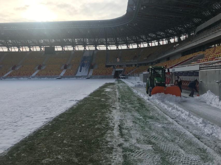 Przygotowanie murawy do  meczu po przerwie zimowej